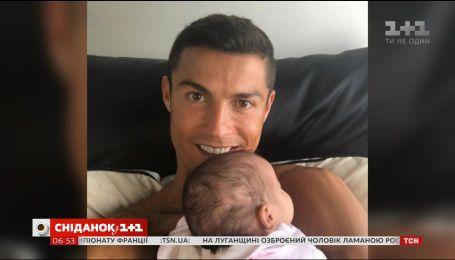 Кріштіану Роналду опублікував фото новонародженої донечки