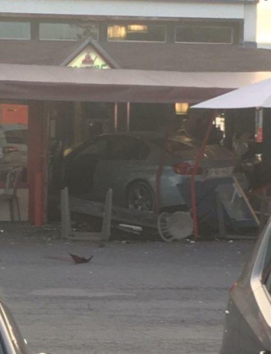 У Франції автомобіль навмисно в'їхав у піцерію, загинула 8-річна дівчинка