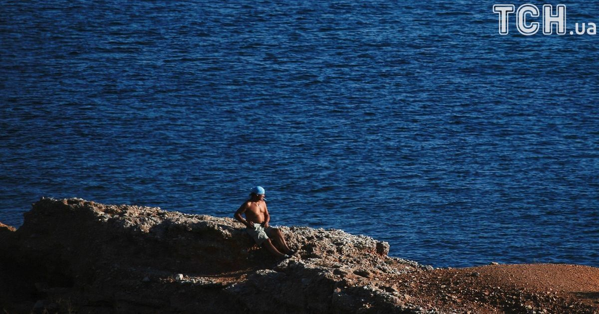 Люди отдыхают в Варкізі, пригороде Афин, Греция.