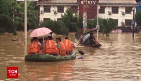 Азіатська Венеція: через повінь у Китаї люди пересуваються містом на човнах