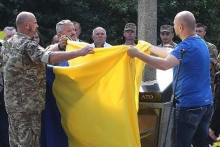 Меч, який пронизує Росію. У Києві встановили пам'ятник героям АТО