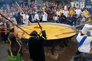 На тлі яєчного скандалу в Бельгії приготували гігантський омлет на чотириметровій пательні