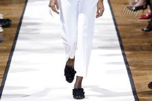 Как носить белые брюки