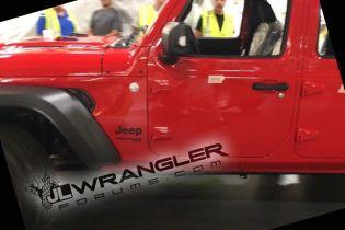 В США на заводе засняли новый Jeep Wrangler без камуфляжа