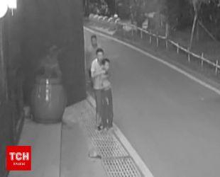 Полиция Китая обнародовала видео героического спасения ребенка от вооруженного нападающего