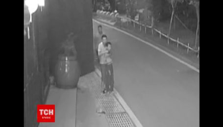 Поліція Китаю оприлюднила відео героїчного порятунку дитини від озброєного нападника