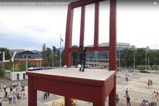 Неймар забрался на скульптуру в Женеве