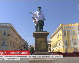 Одеського Дюка увібрали у вишиванку до Дня Незалежності