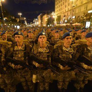 Маршировка сотен военных и Полторак в метро: в Киеве прошла репетиция парада ко Дню Независимости
