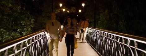 На Мосту влюбленных в Киеве сделали иллюминацию