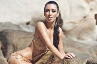 Ким Кардашьян поделилась соблазнительным снимком в купальнике