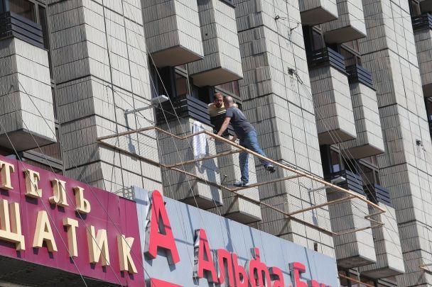 Уцентрі Києва чоловік погрожує стрибнути зтретього поверху готелю