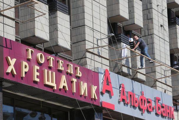 Чоловік збирається стрибнути з3-го поверху готелю йвимагає російського консула