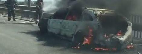 У Києві на мосту спалахнула автівка: пожежники насилу продерлись крізь затор