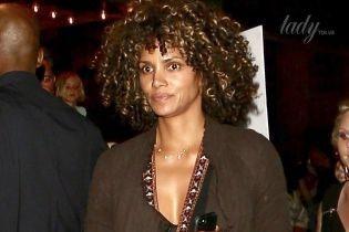 Сверкнула бюстгальтером: Холли Берри эффектно оделась на вечернику в Лос-Анджелесе