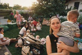 Фронтвумен The Hardkiss Санина и ее муж повезли подросшего сына на отдых