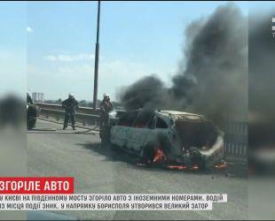 В столице на Южном мосту загорелась машина с иностранными номерами