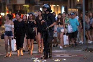 Обеспокоеные люди и засилье полицейских: как выглядят улицы Барселоны после кровавого теракта