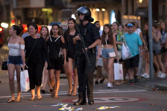 Стурбовані люди та засилля поліцейських: як виглядають вулиці Барселони після кривавого теракту