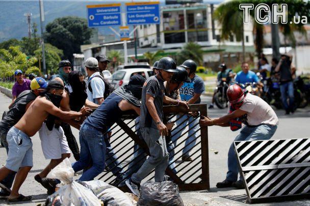 Влада Венесуели придушила повстання проти Мадуро на військовій базі