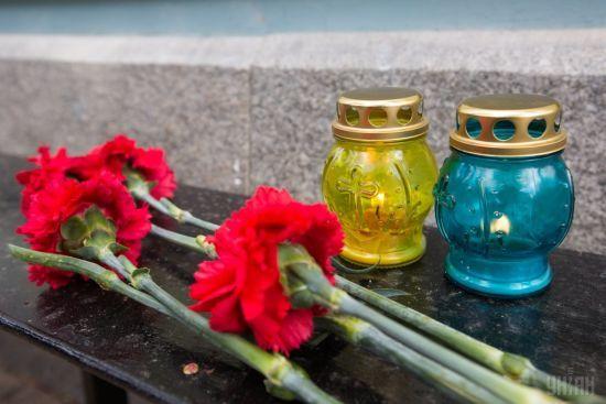 Квітковий бізнес на цвинтарі: жінка крала букети з могил бійців АТО і продавала їх