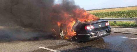 Під Києвом Volkswagen влетів під вантажівку і спалахнув, водій згорів заживо