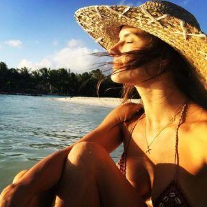 Опять на море: Алессандра Амбросио в бикини позировала на пляже