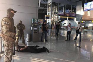 """В аеропорту """"Харків"""" поліція ховала багатотисячні хабарі у каналізації"""