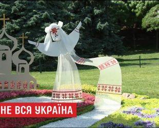 """На Певческом поле из цветочных композиций создали """"противоречивую"""" карту Украины"""