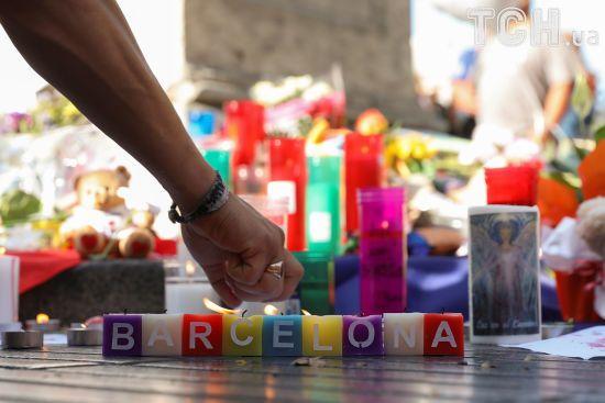 Плюшеві ведмеді, свічки та сльози: у Барселоні вшановують жертв кривавого теракту