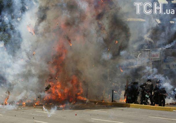 Кровавые выборы в Венесуэле: группа полицейских пострадала в результате взрыва в Каракасе