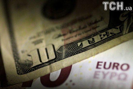 Долар здешевшав, а євро здорожчав у курсах Нацбанку на суботу. Інфографіка