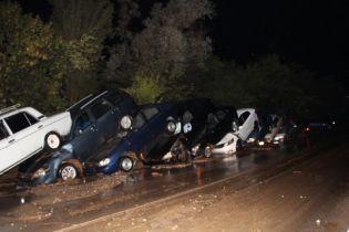 """Крым """"утонул"""". Сильные ливни залили города, а в горах посмывало машины и сложило их в паровозик"""
