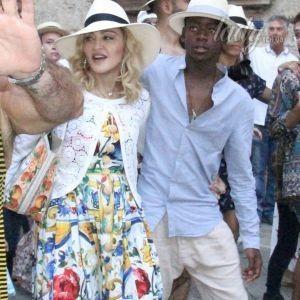 Мадонна в Лечче: поп-дива гуляла по городу в ярком сарафане и с детьми