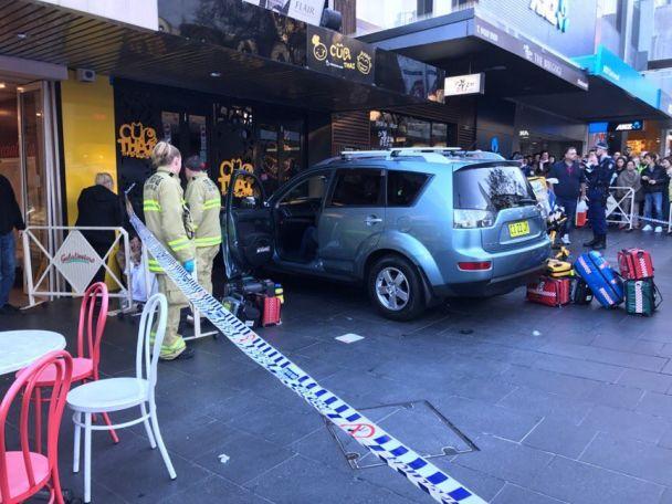 ВАвстралии авто наскорости влетело втолпу людей, есть пострадавшие