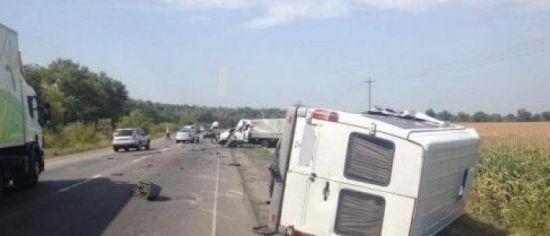 """На Полтавщині """"Газель"""" зіткнулася з пасажирською маршруткою, яку від удару перевернуло"""
