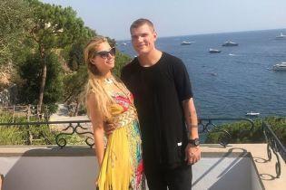 В пестром платье и в обнимку с возлюбленным: Пэрис Хилтон на отдыхе в Италии