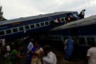 В Индии переполненный пассажирами поезд сошел с рельсов, погибли десятки людей
