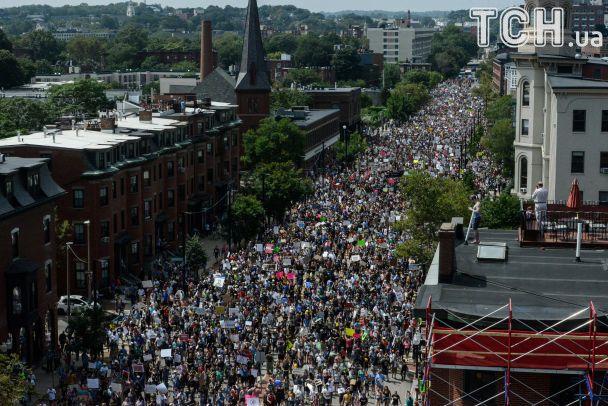 ВБостоне число участников акций протеста достигло нескольких тыс.