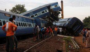 Домино из вагонов и попытки починить колею: Reuters показало последствия страшной аварии в Индии