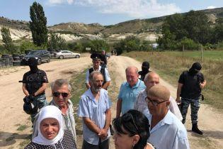 Российские силовики блокируют помещение, в котором крымские татары собирались на патриотическое мероприятие