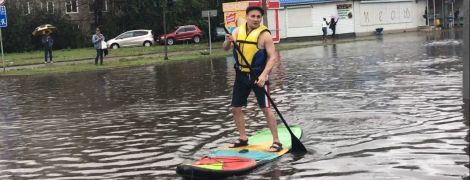 Накрило авто, води по пояс: у Росії потужна злива буквально затопила Красноярськ