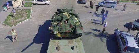 Порошенко похвастался модернизированным боевым танком Т-72А