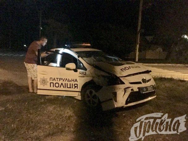 """На Херсонщине патрульные полицейские на """"Toyota Prius"""" врезались в карету """"скорой помощи"""""""