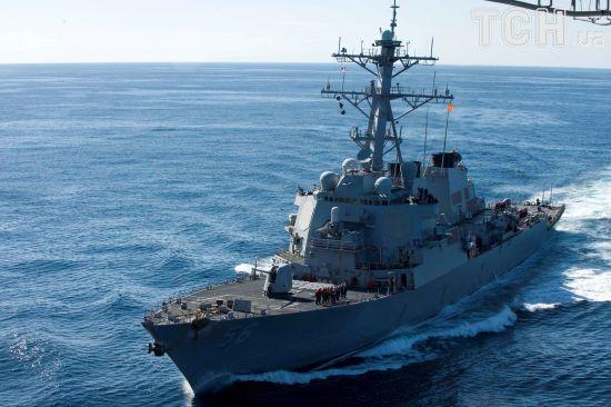 """Десять моряків зникли після зіткнення есмінця США """"Джон Маккейн"""" з торговельним судном"""