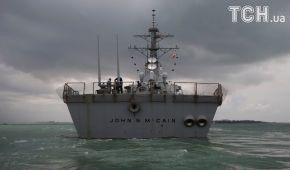 "Reuters показало протаранений танкером американський ракетний есмінець ""Джон Маккейн"""