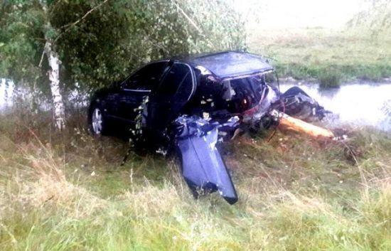 На Закарпатті сталася моторошна ДТП: авто вилетіло в кювет та розвалилося навпіл