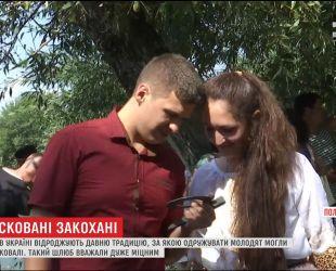 Без священиків та РАГСу: на Полтавщині відновили традицію одружуватись у ковалів