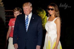 Загорелая и в ярком платье: Мелания Трамп с семьей вернулась в Вашингтон