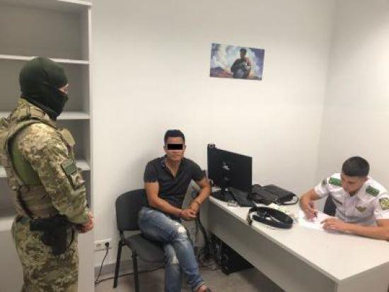 """У """"Борисполі"""" затримали китайця, якого розшукував Інтерпол за сексуальну експлуатацію дітей"""